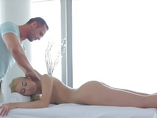 Blondie lets it smash her butt hole be useful to short anal